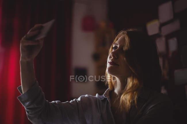 Красивая женщина делает селфи дома — стоковое фото