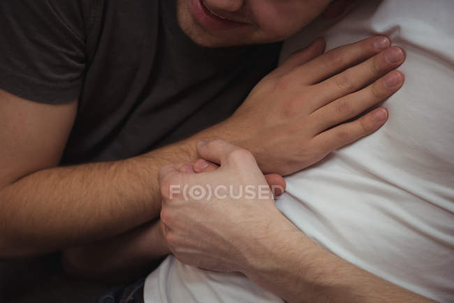 Gros plan de couple gay romantique embrassant — Photo de stock