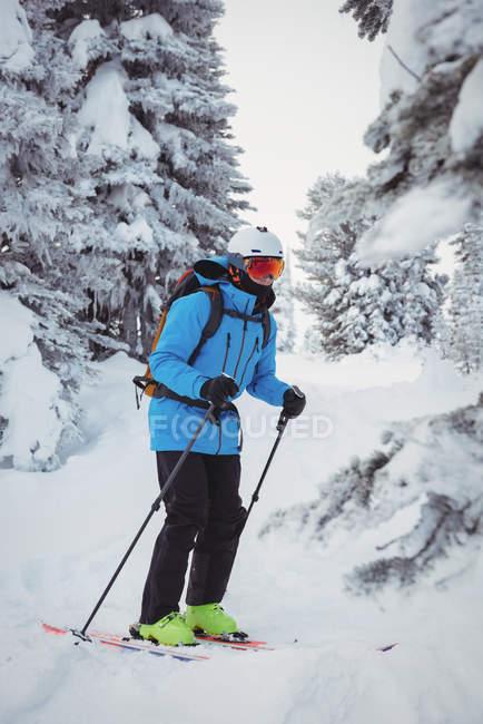 Esquiador, esqui na neve coberto montanhas — Fotografia de Stock