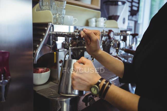 Використання кава-машиною в кафе офіціанткою — стокове фото