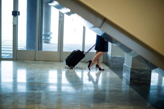 Прогулка по терминалу аэропорта с багажом в терминале аэропорта — стоковое фото