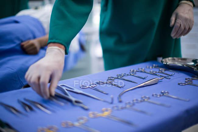 Mão do cirurgião que executa a operação no teatro de operação do hospital — Fotografia de Stock