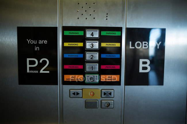 Крупный план различных кнопок в современном металлическом лифте — стоковое фото