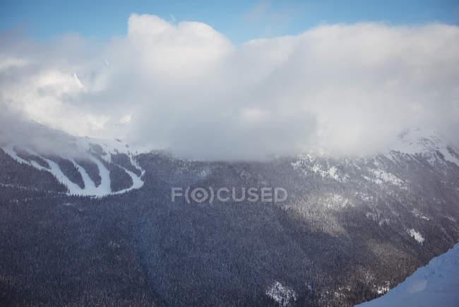 Vista delle montagne innevate durante l'inverno — Foto stock