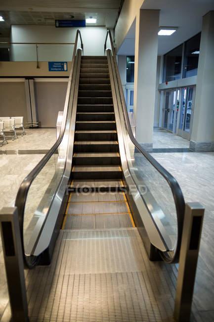 Escaladeira vazia ao lado da área de espera no terminal do aeroporto — Fotografia de Stock