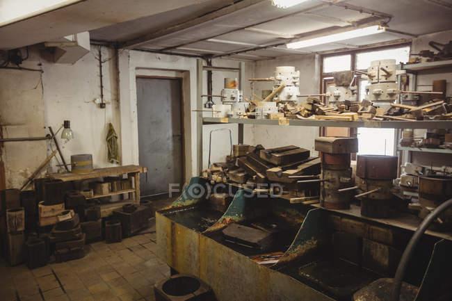 Металевих і дерев'яних форми для glassblowing, розташовані на полиці на заводі glassblowing — стокове фото