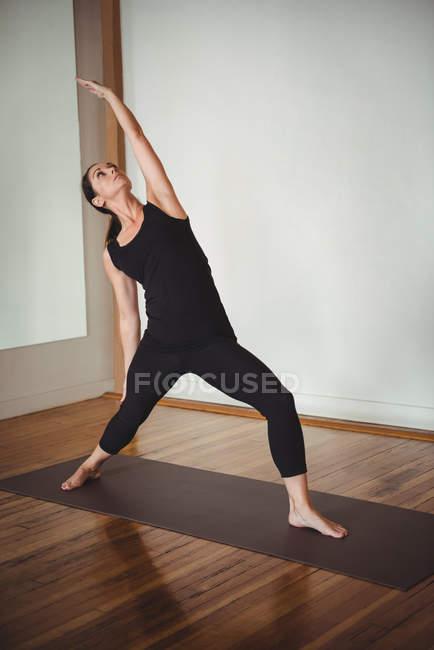 Женщина, занимающаяся йогой в фитнес-студии — стоковое фото