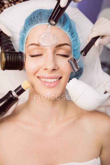 Nahaufnahme der Frau, die kosmetische Behandlung in Klinik — Stockfoto