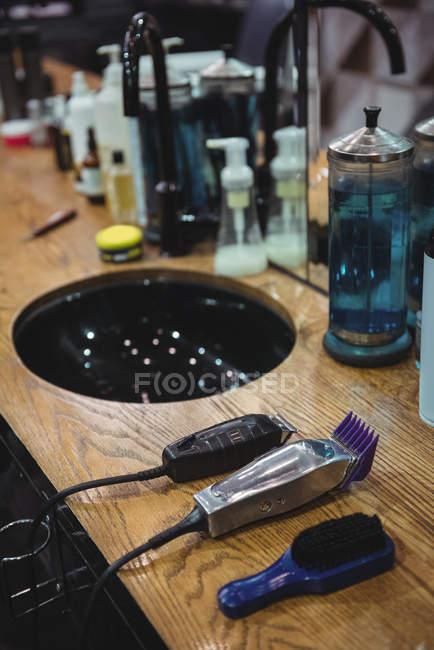 Различные продукты красоты и парикмахерская инструменты на туалетный столик в парикмахерской — стоковое фото