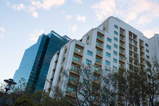 Офисных зданий в городе, с современной архитектурой, низкий угол зрения — стоковое фото