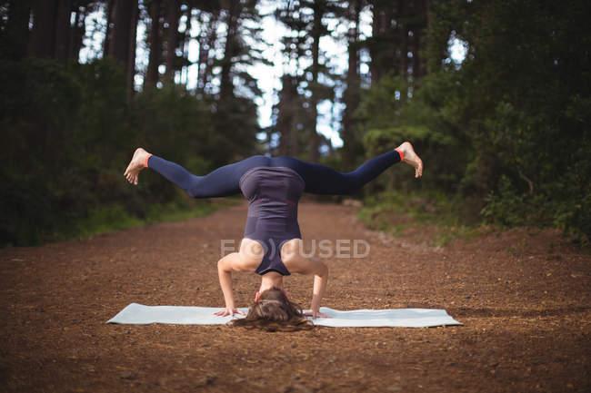 Frau macht an einem sonnigen Tag Yoga im Wald — Stockfoto