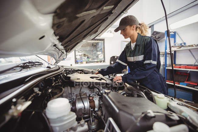 Красива жінка механік обслуговування автомобіля на ремонт гаража — стокове фото