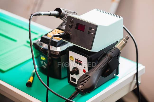 Nahaufnahme eines elektrischen Lötkolbens am Stand in einem Reparaturzentrum — Stockfoto