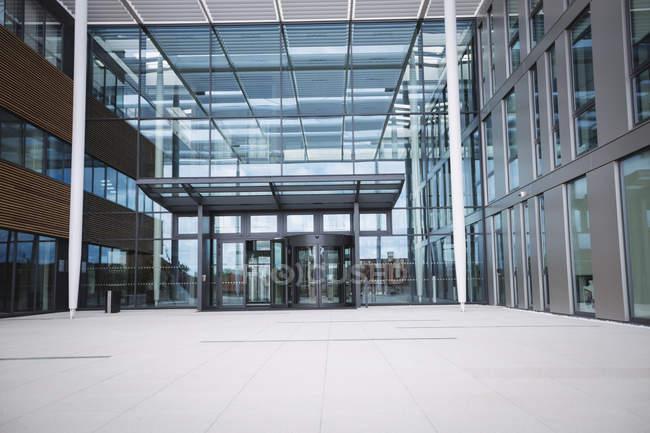 Entrée d'un immeuble de bureaux moderne — Photo de stock