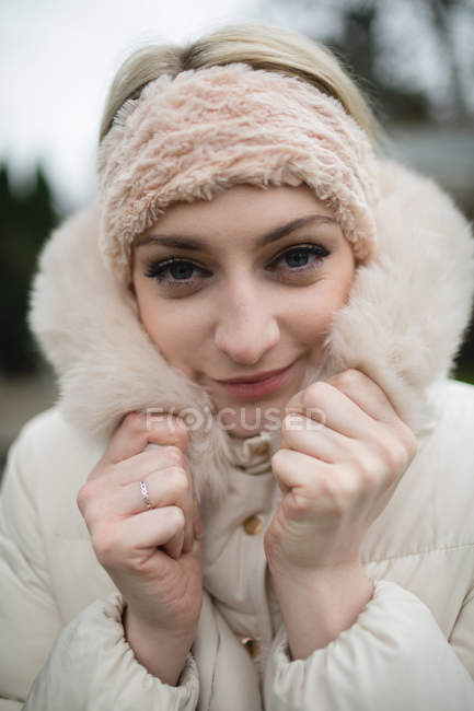 Portrait de femme en manteau de fourrure sensation de froid — Photo de stock