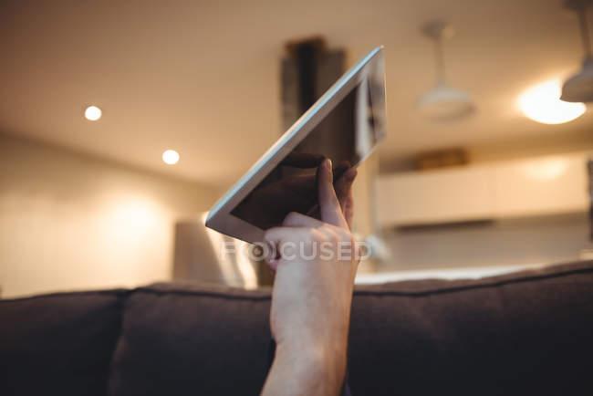Жінка, використовуючи цифровий планшетний у вітальні на дому — стокове фото