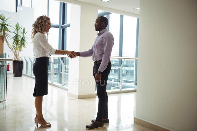 Керівників бізнесу, потискує руку в офісі коридор — стокове фото