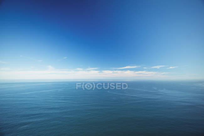 Спокійній зору море під зніміть Синє небо — стокове фото