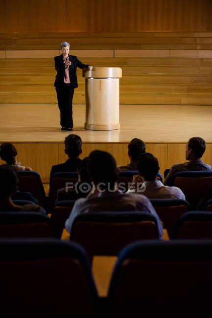 Executiva feminina fazendo um discurso no centro de conferências — Fotografia de Stock