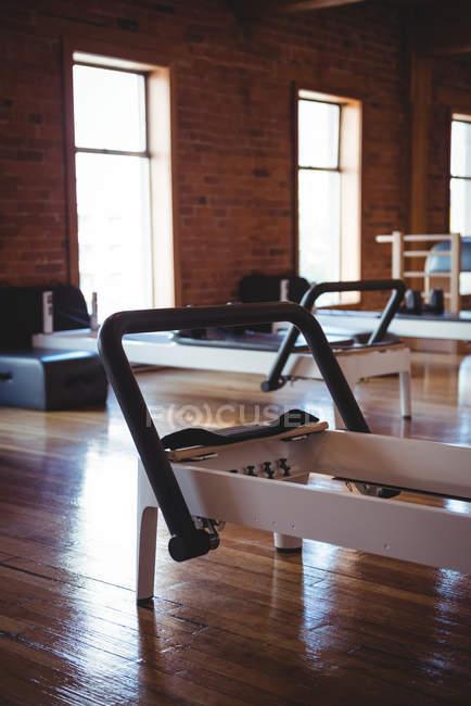 Внутренний вид реформатора в пустой фитнес-студии — стоковое фото