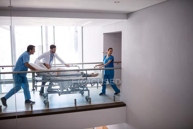 Команда лікарів, приймаючи вагітної жінки на театрі операції в лікарні — стокове фото