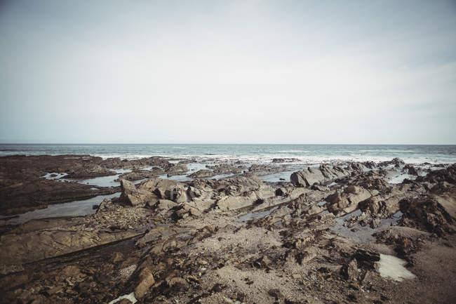 Мальовничий вид на море і скелястому морському березі — стокове фото