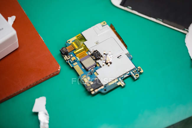 Nahaufnahme zerlegter Mobiltelefon-Komponenten in einem Reparaturzentrum — Stockfoto