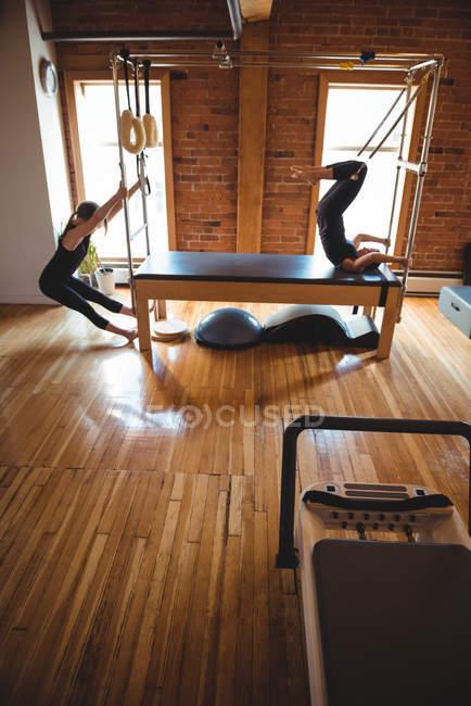 Femmes déterminées à pratiquer le pilates dans un studio de fitness — Photo de stock
