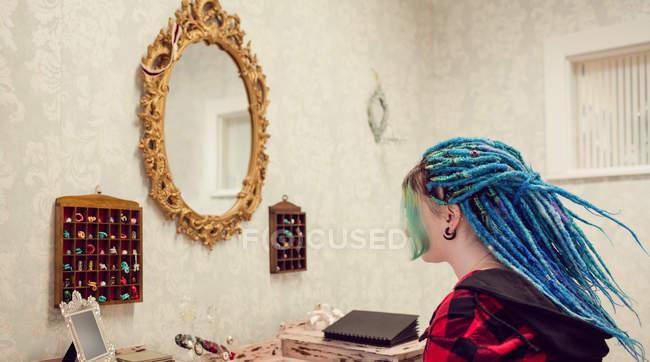 Woman with dreadlocks in salon — Stock Photo