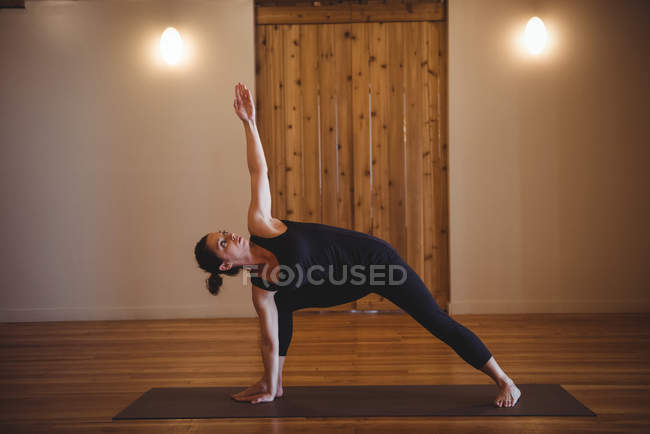 Mitte erwachsene Frau praktiziert Yoga im Fitnessstudio — Stockfoto