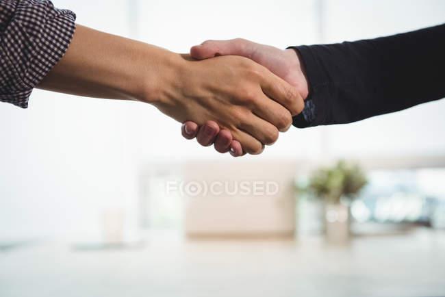 Керівників бізнесу, потискує руку один одного в офісі — стокове фото