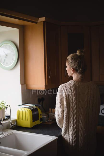 Задній вид вдумливі жінка кухні в домашніх умовах — стокове фото