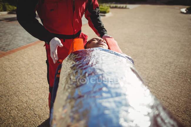 Verletzte Frau am Unfallort von Sanitätern behandelt — Stockfoto