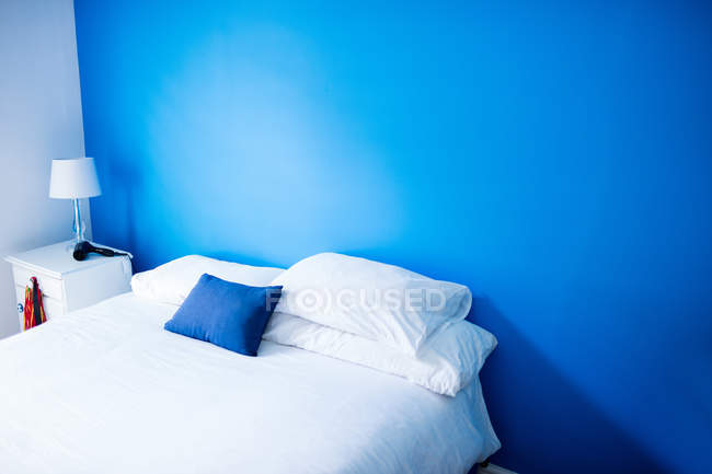 Порожній ліжку в спальні в домашніх умовах — стокове фото