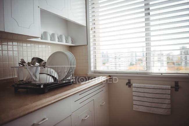 Utensilios en encimera de cocina en la cocina en casa - foto de stock
