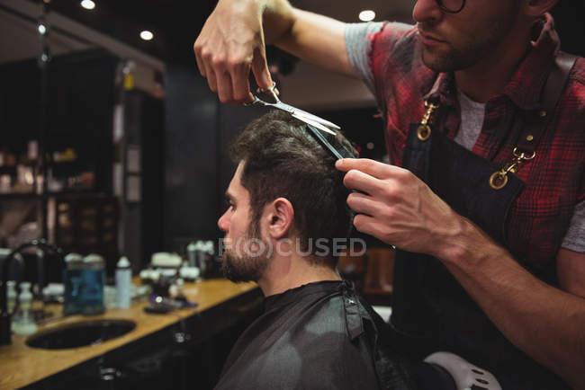 Mannliche Friseur Client Haare Schneiden Mit Der Schere Im