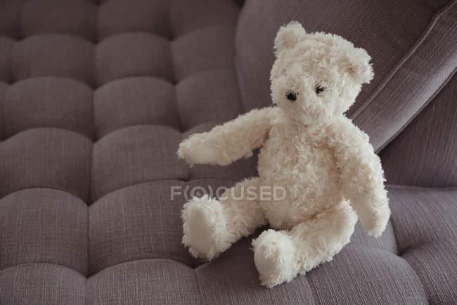 Weißer Teddybär zu Hause auf sofa — Stockfoto