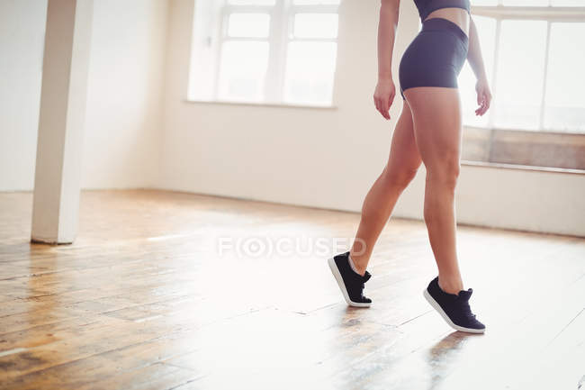 Low section of a woman practicing dance in studio — Stock Photo