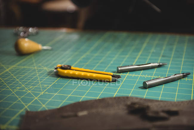 Várias ferramentas de trabalho na mesa em oficina — Fotografia de Stock
