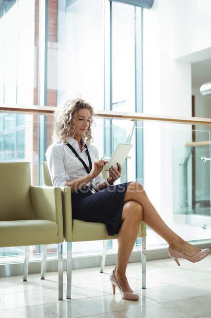 Imprenditrice che utilizza la tavoletta digitale in ufficio — Foto stock