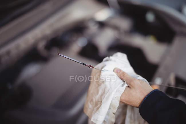 Hand der mechanische Wartung Auto mit einem Werkzeug in der Werkstatt — Stockfoto