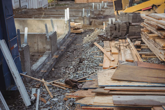 Дерев'яними дошками та будматеріали на будівельному майданчику — стокове фото