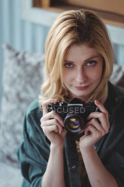 Портрет красивой женщины с цифровой камерой — стоковое фото