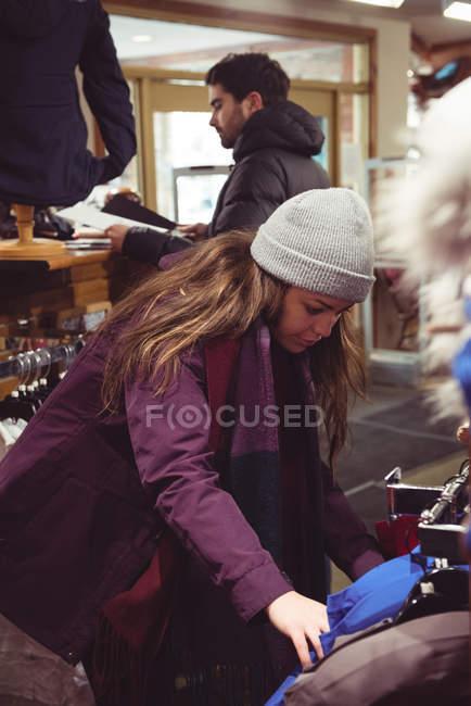 Sélection de vêtements dans un magasin de vêtements de femme — Photo de stock
