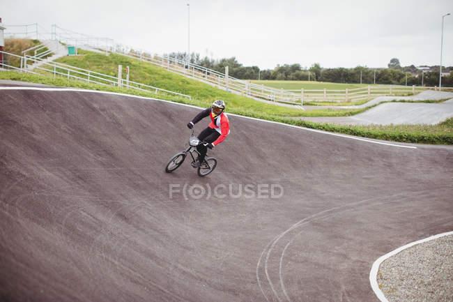 Велосипедист, велосипеде Bmx в скейтпарк — стоковое фото