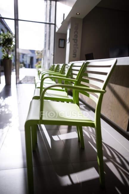 Bancos verdes vazios no hospital — Fotografia de Stock
