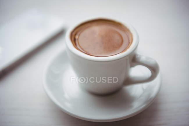 Primo piano di una tazza di caffè sul tavolo della caffetteria — Foto stock