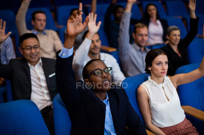 Executivos de empresas que participam de uma reunião de negócios no centro de conferências — Fotografia de Stock