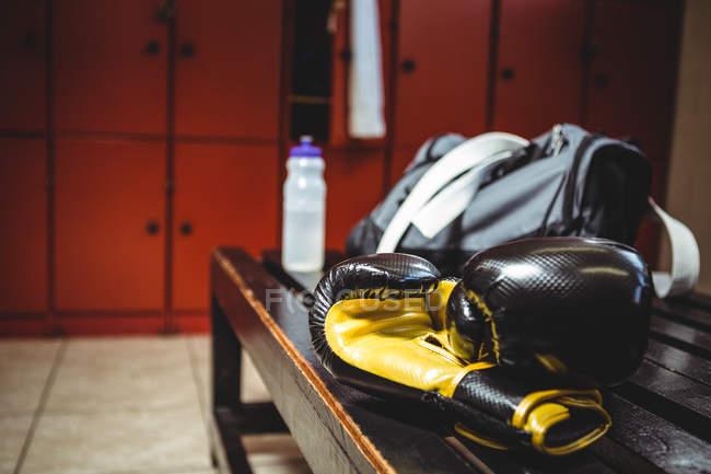 Закри боксерські рукавички на лавці в роздягальні — Stock Photo