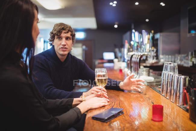 Paar trinkt gemeinsam Champagner und Bier in Bar — Stockfoto